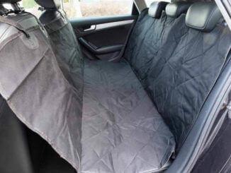 Autoschondecke von Floxik montiert auf der Rückbank eines Autos