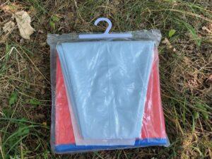 Hundepool von Fuloon in rot in einer Plastiktüte zusammen gefaltet verpackt, zu sehen die graue Unterseite